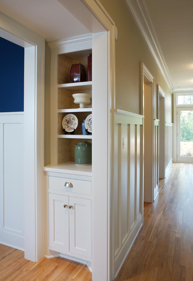Aune/Miller Residence: A small display niche along the main hall